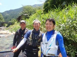 大芦川 岡崎孝さん(左)と高木優也さん(中央)